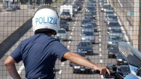 Una pattuglia della polizia stradale controlla il traffico sulla A14 (Ansa)