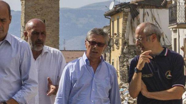 Vasco Errani col sindaco di Amatrice Sergio Pirozzi (Ansa)