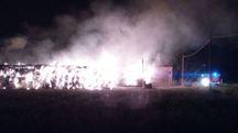 Le fiamme alte, ieri sera, nell'azienda agricola situata in via San Clemente, al confine con Bastiglia