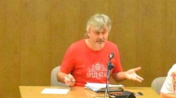 Il giudice Giovanni Ghini con la maglietta rossa durante l'udienza di venerdì in tribunale