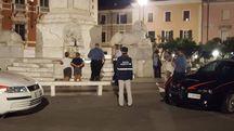 L'intervento delle forze dell'ordine in piazza Aranci e, a destra, la parte del monumento dalla quale si è staccata la lastra