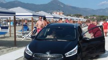 Auto arriva in spiaggia a Marina di Pietrasanta, paura tra i bagnanti