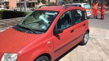La Fiat Panda con i vetri infranti dopo l'aggressione