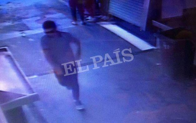 Una delle foto pubblicate da El Paìs mostra il killer nel mercato della Boqueria dopo l'attentato (LaPresse)