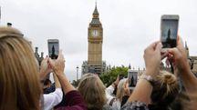 Le foto scattate da londinesi e turisti al Big Ben che chiude (Ansa)