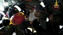 Terremoto a Ischia, Vigili del Fuoco salvano neonato (twitter)