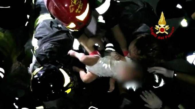 Ischia, neonato estratto vivo dalle macerie (Ansa)
