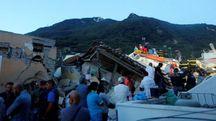I soccorritori dopo il terremoto che ha colpito Ischia (Lapresse)