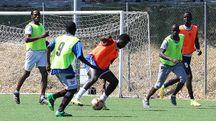 Una fase della partita giocata ieri da 110 richiedenti asilo (Fotoprint)