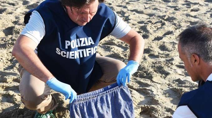 I rilievi della scientifica in spiaggia a Miramare (foto Migliorini)