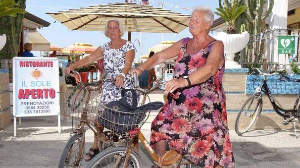 Anna e Grazia, da oltre cinquantanni clienti del bagno 'Il sole'