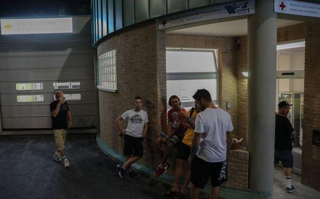 L'attesa degli amici di Valentino Rossi fuori dall'ospedale di Urbino. Il primo, da sinistra, è il manager Alberto Tebaldi (Fotoprint)