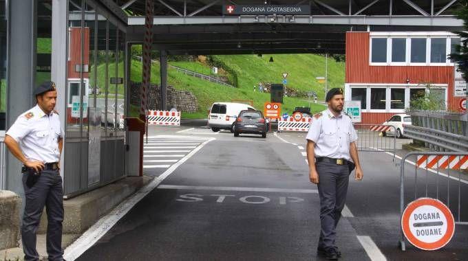 STOP La dogana a Villa  di Chiavenna Chi la supera tutti i giorni per motivi di lavoro è costretto ad allungare il tragitto (National Press)