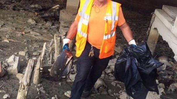 Alle 7.15 gli operatori del servizio ambientale di Sea hanno iniziato a rimuovere i rifiuti, anche speciali, abbandonati nel lago