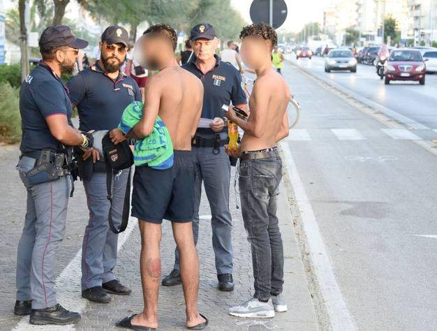 La polizia bracca i quattro (foto Migliorini)