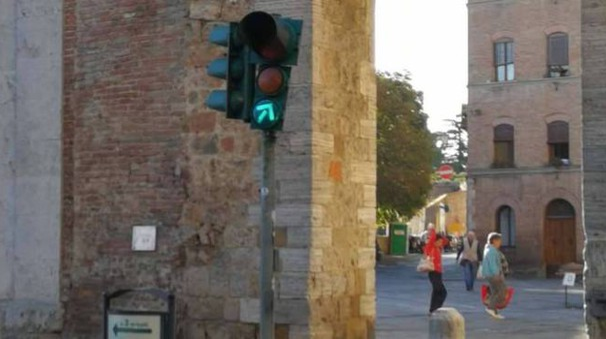 Le luci degli impianti semaforici dopo il blitz dei vandali