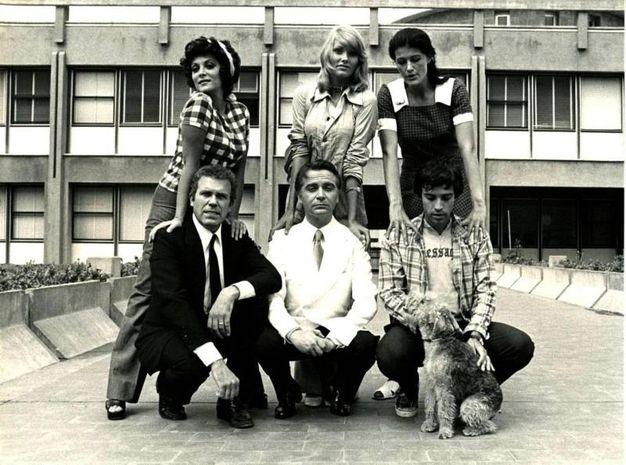 Gastone  Moschin (a sinistra) con il resto del cast di Io non vedo, tu non parli, lui non sente (1971), in una immagine tratta da Wikipedia. ANSA/WIKIPEDIA