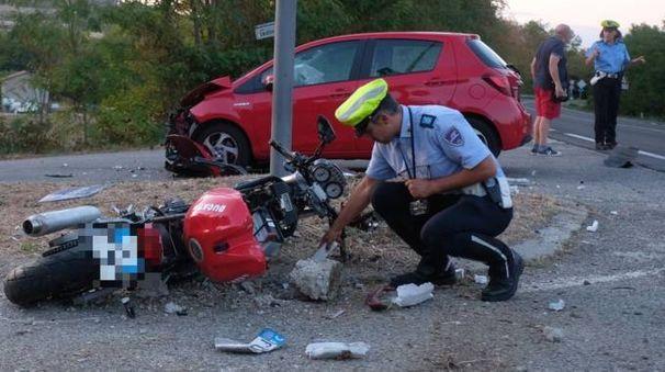 TRAGEDIA A fianco l'auto e la moto coinvolte: l'incidente è avvenuto all'incrocio tra via Ladino e statale 67, dove sono già avvenuti numerosi gravi incidenti  (foto Frasca)