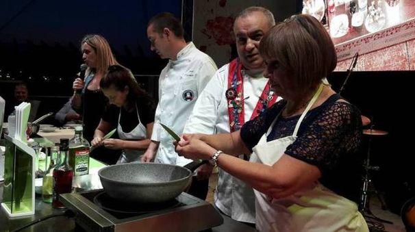 Ai fornelli durante un cooking show del Festival internazionale del brodetto 2016