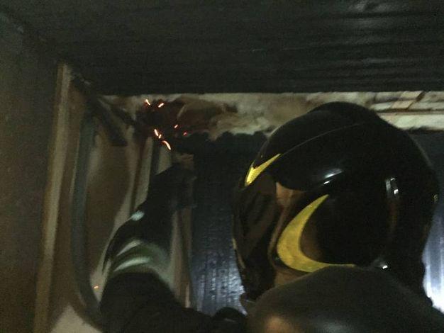 I vigili del fuoco di Como mentre mettono in sicurezza la sauna