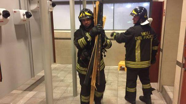 I vigili del fuoco al lavoro alla piscina Sinigaglia