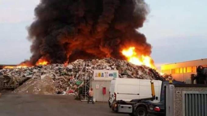 L'incendio in corso da questa mattina a mortara