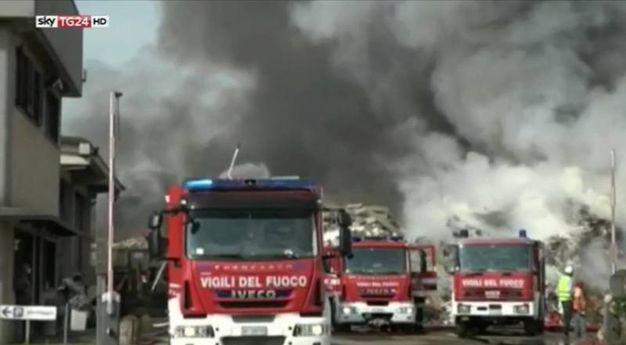 Sul posto  al lavoro sette squadre di vigili del fuoco giunte da Vigevano, Pavia, dai distaccamenti volontari di Mortara, Mede, Garlasco e Robbio e anche da Milano (Ansa) Milan