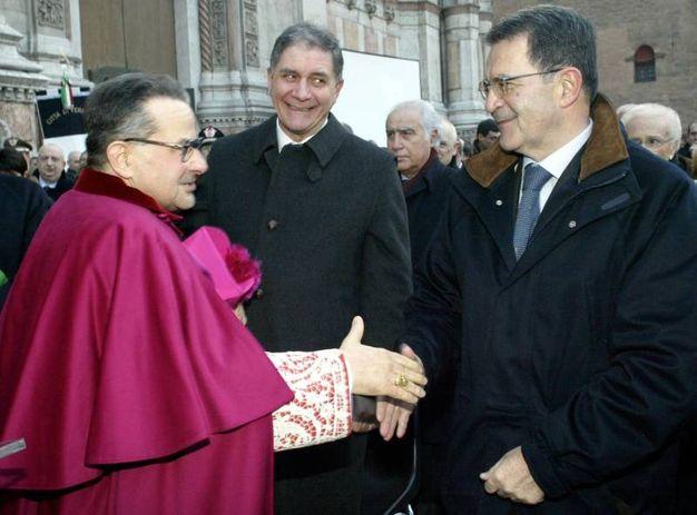 Caffarra al termine della cerimonia di insediamento con l'allora presidente della commissione europea Prodi e l'ex ministro Buttiglione  (foto Ansa)