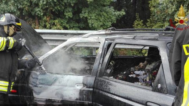 I vigili del fuoco spengono le fiamme dell'auto andata a fuoco