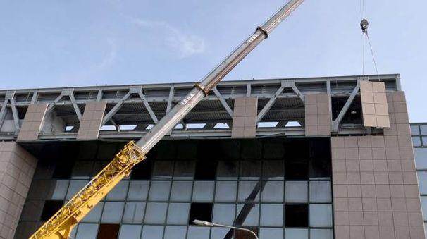 Palazzo degli specchi, la demolizione (foto Businesspress)