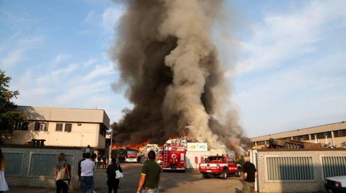 L'incendio con la densa colonna di fumo