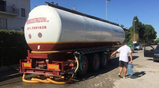 IL SERVIZIO Una delle autobotti comparse ieri per l'approviggionamento di acqua dei cittadini