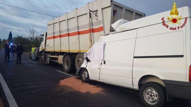 Furgone tampona un camion della spazzatura: un morto