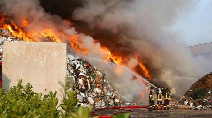 Azienda di rifiuti in fiamme a Mortara