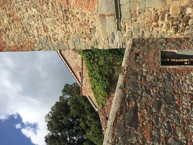 Le mura del borgo di Montecarlo