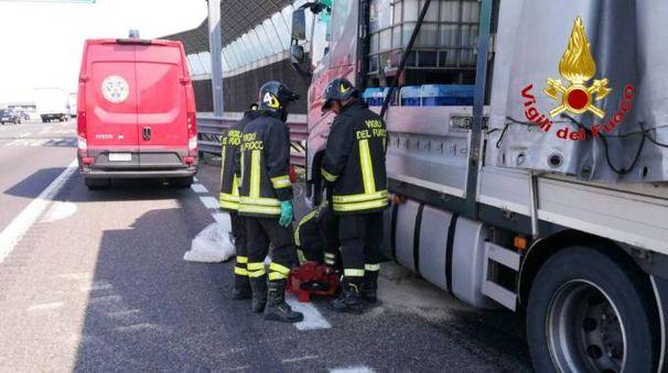 L'intervento dei vigili del fuoco in autostrada a Trezzo