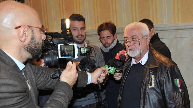 Francesco Sicignano alle prese con i giornalisti