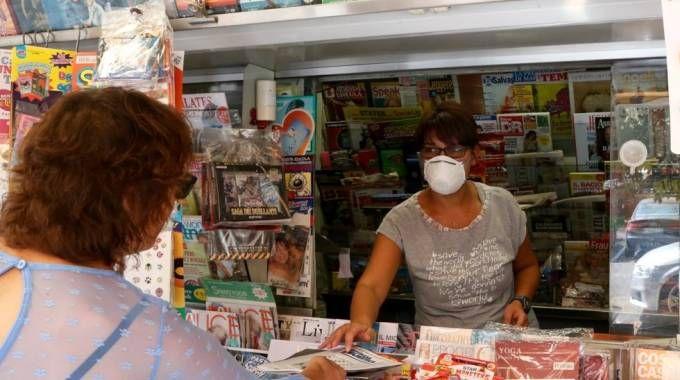 In città si lavora con le mascherine sul volto