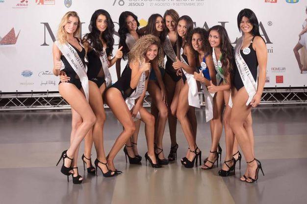 Il gruppo delle ragazze marchigiane (foto Miss Italia)