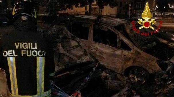 Le auto distrutte dal fuoco
