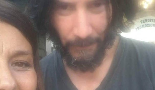Keanu Reeves in un'immagine con una fan a Cesenatico