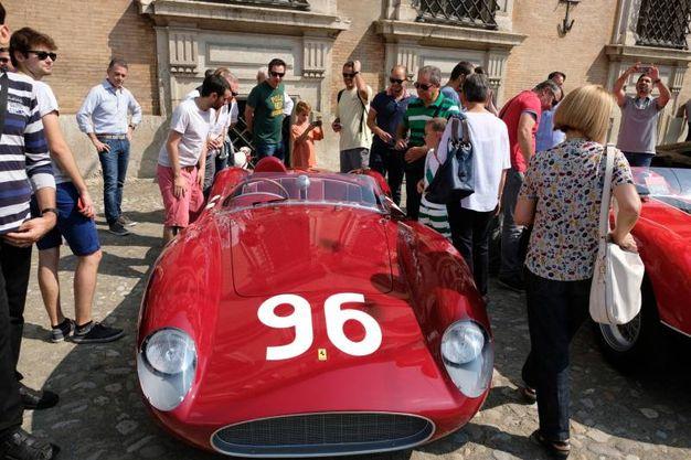 Piazza Roma invasa dalle Ferrari (foto Fiocchi)