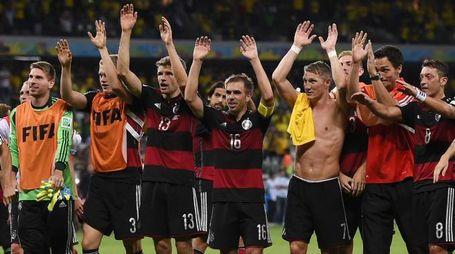 I giocatori della Germania ringraziano i tifosi dopo la vittoria sul Brasile (Afp)