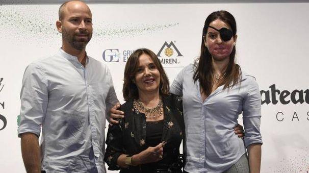 Gessica Notaro ospite della serata finale con il fidanzato Allen Exposito e la patron Patrizia Mirigliani (Foto Ansa)