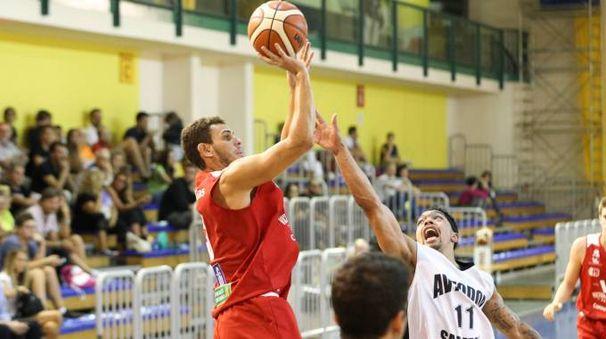 Il capitano Marco Ceron al tiro nel palasport di Parma