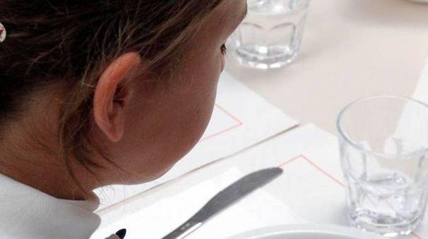 Una bambina alla mensa scolastica (archivio)