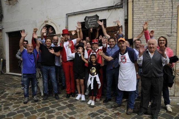 Foto di gruppo con curiosi e Brutti scattata fuori la sede storica del Club dei Brutti (foto omaggio)