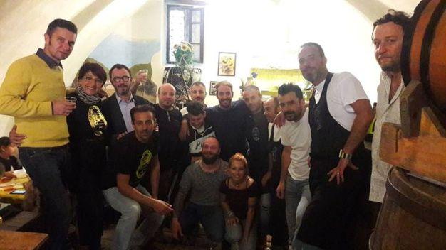 Foto di gruppo al momento del pranzo alla Cantina dei Miracoli (foto omaggio)