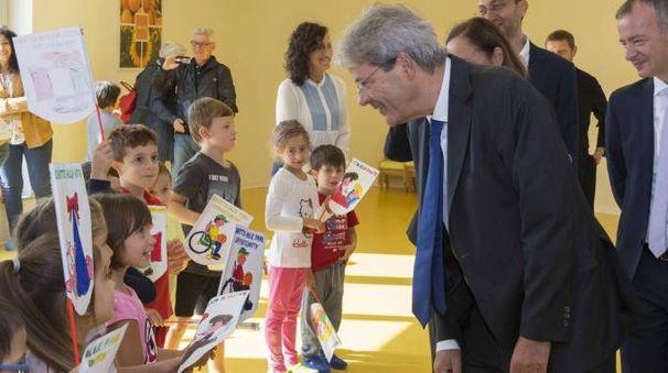 Paolo Gentiloni visita la nuova scuola di Cernuso (Lapresse)