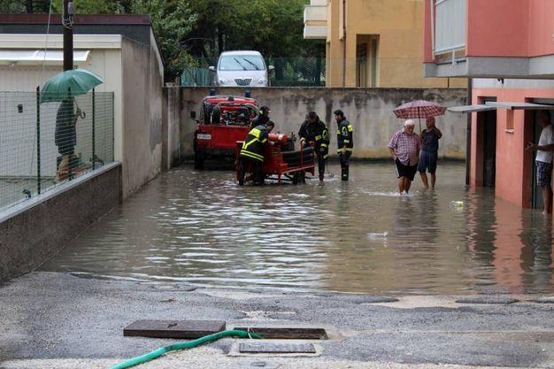 Intervento dei vigili del fuoco nei garage allagati (foto Effimera)